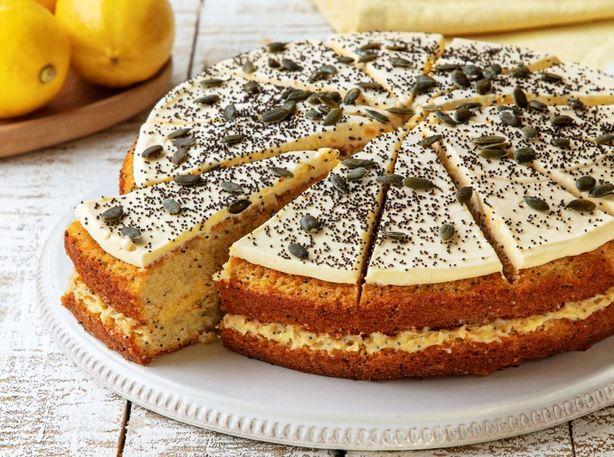 Delicioso e suave bolo de limão coberto com sementes de papoila e abóbora.